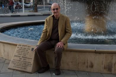 Gabriele Nissim a Jaffa, vicino alla targa che ricorda Dimitar Peshev