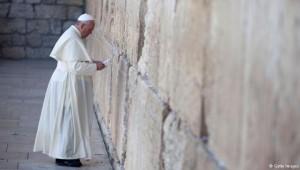 papa Francesco durante la sua visita al Muro del Pianto, nel maggio di quest'anno