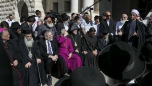 Un incontro interreligioso fuori dalla sinagoga di Kfar Nof dove è avvenuto l'attentato (fonte Times of Israel)