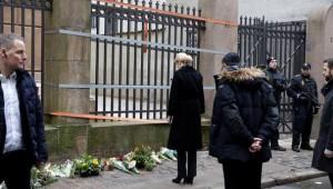 Esplora il significato del termine: La premier danese Helle Thorning-Schmidt depone fiori davanti alla sinagoga di Copenaghen La premier danese Helle Thorning-Schmidt depone fiori davanti alla sinagoga di Copenaghen (foto: Afp)