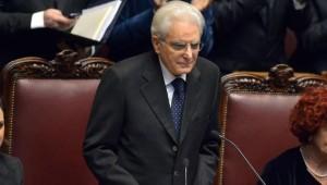 Sergio Mattarella recita il messaggio alla nazione durante la cerimonia di insediamento al Quirinale