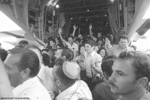 I passeggeri del volo Air France dirottato a Entebbe dopo il slavataggio