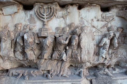 L'immagine iscolpita nell'Arco di Tito degli ebrei cacciati che portano la menorah