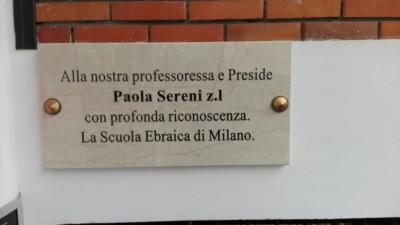 La targa dedicata a Paola Sereni apposta davanti alla Scuola ebraica