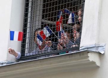 bambini che sventolano bandiere francesi alla scuola ebraica di Rue Pavè