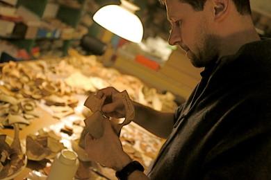 Marcello Fidanzio esamina frammenti e manoscritti di Qumran
