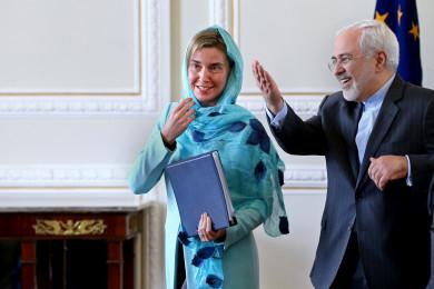 Federica Mogherini incontra, velata, il Ministro degli Esteri iraniano Mohammad Javad Zarif