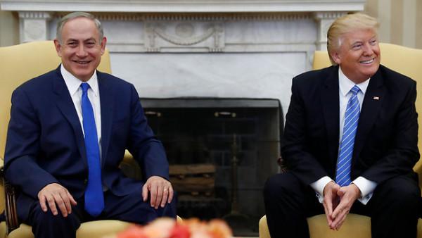 Beniamin Netanyahu e Donald Trump durante l'incontro alla Casa Bianca il 15 febbraio 2017 (foto AP)