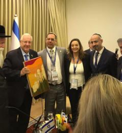 Il Presidente israeliano Reuven Rivlin riceve la Torà realizzata in Urbino