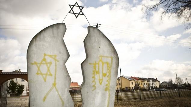 Un monumento ebraico vandalizzato al cimitero polacco di Wysokie Mazowieckie