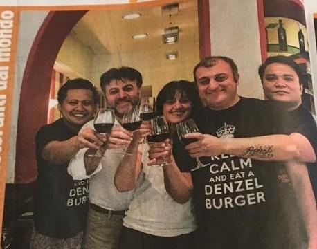 Lo staff di Denzel, hamburheria e ristorante kasher a Milano, vincitore di un primo premio nei Vivimilano Awards Food & Drink