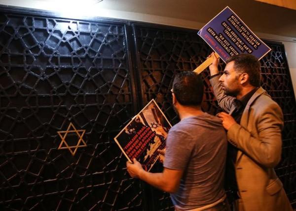 La sinagioga di Istanbul danneggiata da manifestanti anti-israeliani