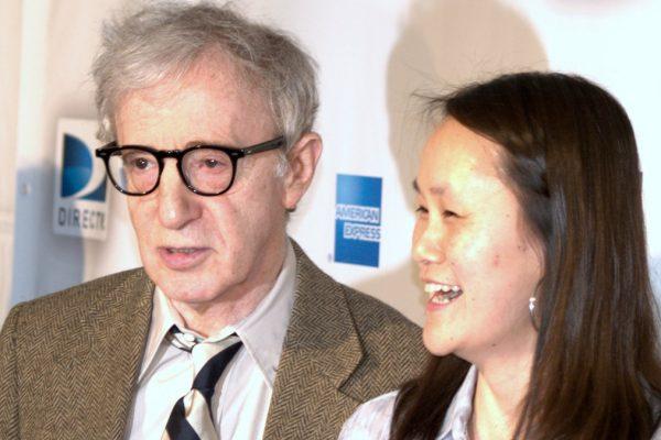 Woody Allen insieme alla figlia adottiva Soon Yi
