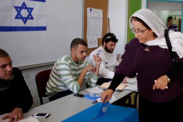 Arabi israeliani al seggio elettorale