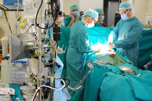 Chirurghi in una sala operatoria