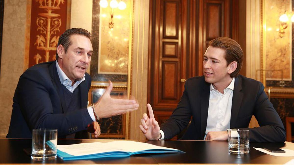 Da sinistra Heinz Christian Strache, leader FPO, e Sebastian Kurtz, leader del partito Polare austriaco