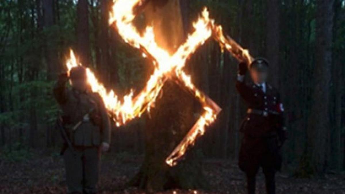 Il gruppo polacco neo-nazista mentre festeggia il compleanno di Hotler