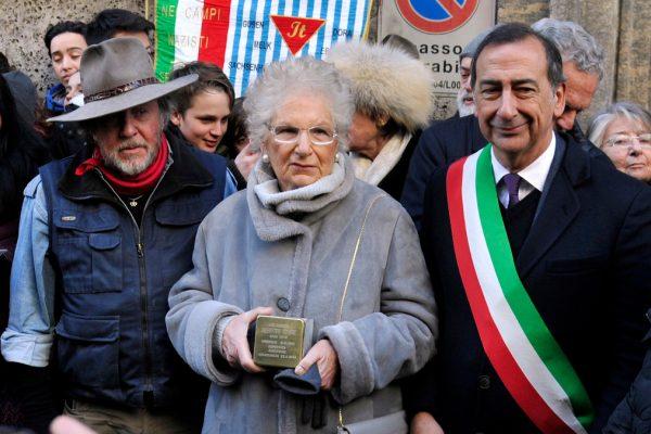 Liliana Segre con il sindaco Giuseppe Sala e l'artista Gunther Demnig il 19 gennaio 2017 alla posa della pietra di inciampo per il padre Alberto Segre