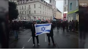 Due dei ragazzi multati per avere sventolato la bandiera israeliana
