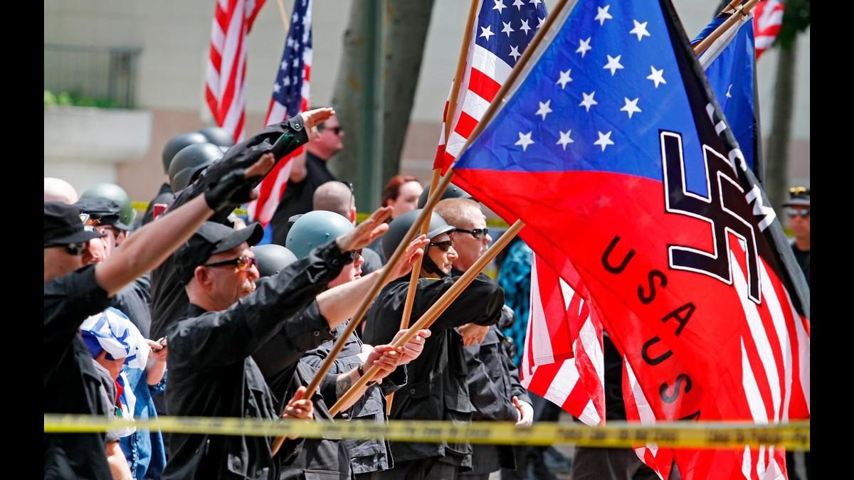 Una manifestazione di estrema destra e antisemita in Usa