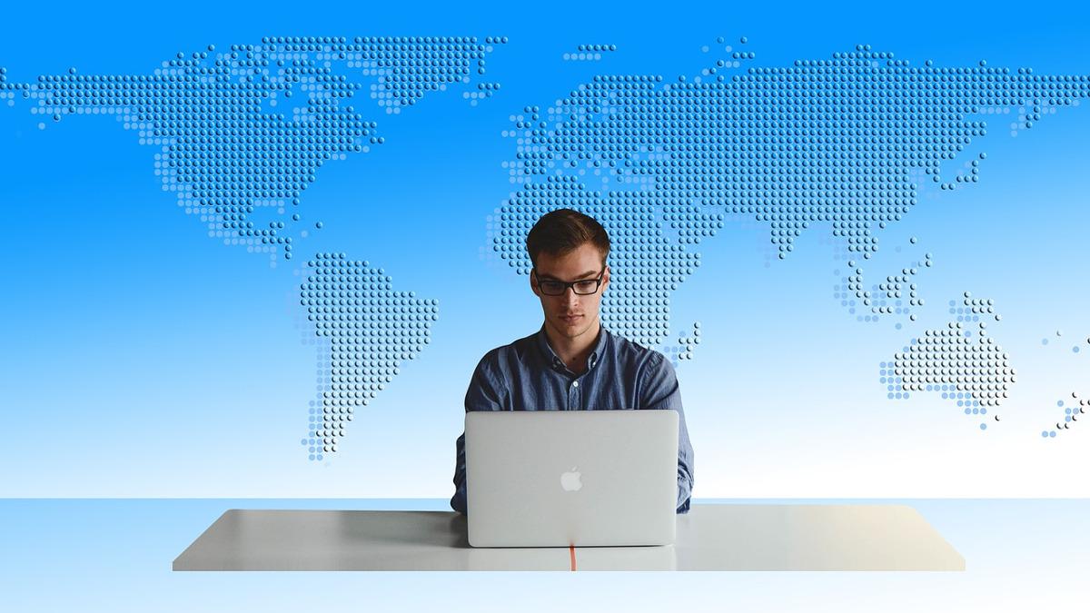 un giovane alla ricerca di un lavoro davanti al suo pc
