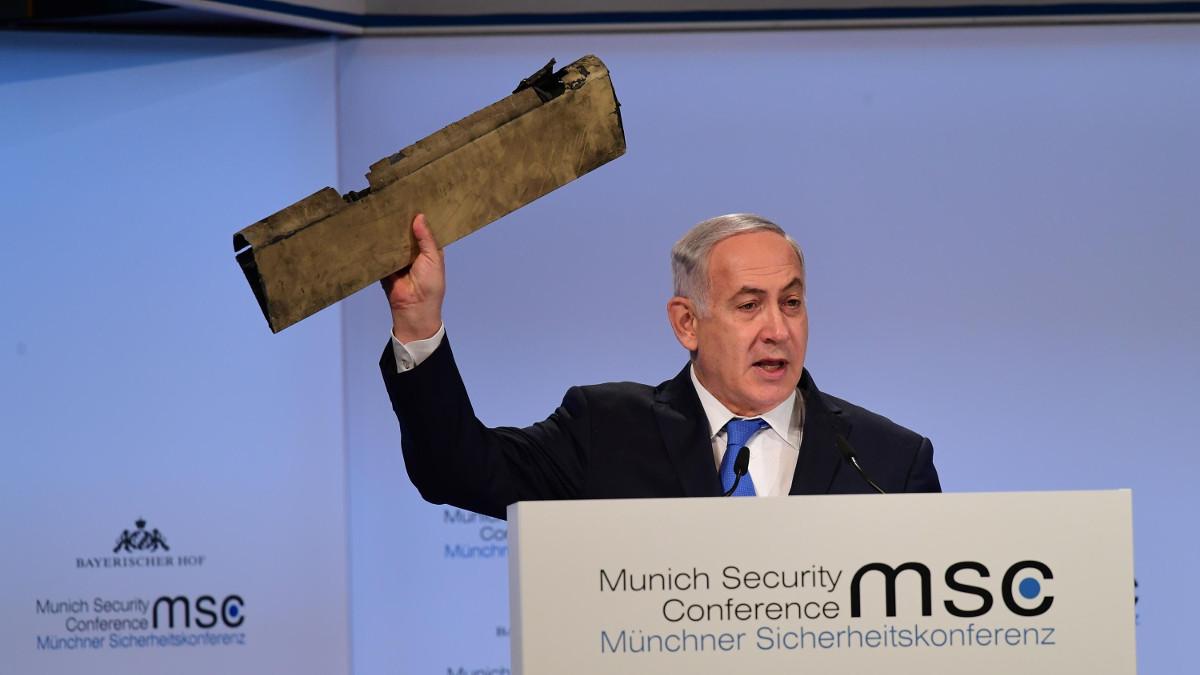 Benjamin Netanyahu alla conferenza di Monaco sulla sicurezza mostra un pezzo del drone iraniano abbattuto da Israele