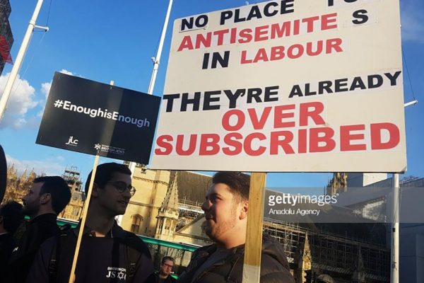 Manifestanti contro Corbyn e l'antisemitismo nel Labour Party