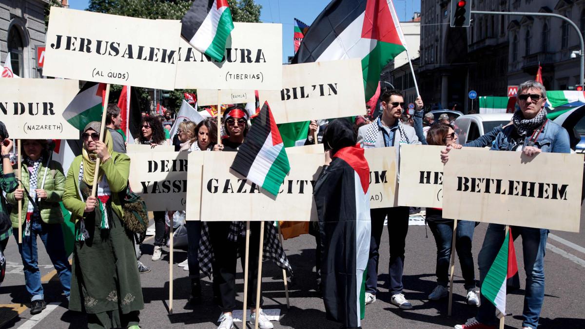 Bandiere e cartelli propalestinesi al corteo del 25 aprile