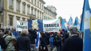 Le bandiere della Brigata Ebraica durante il corteo del 25 aprile