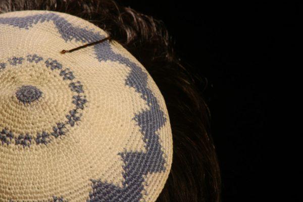 Una kippà. L'ebreo aggredito a Berlino ne portava una
