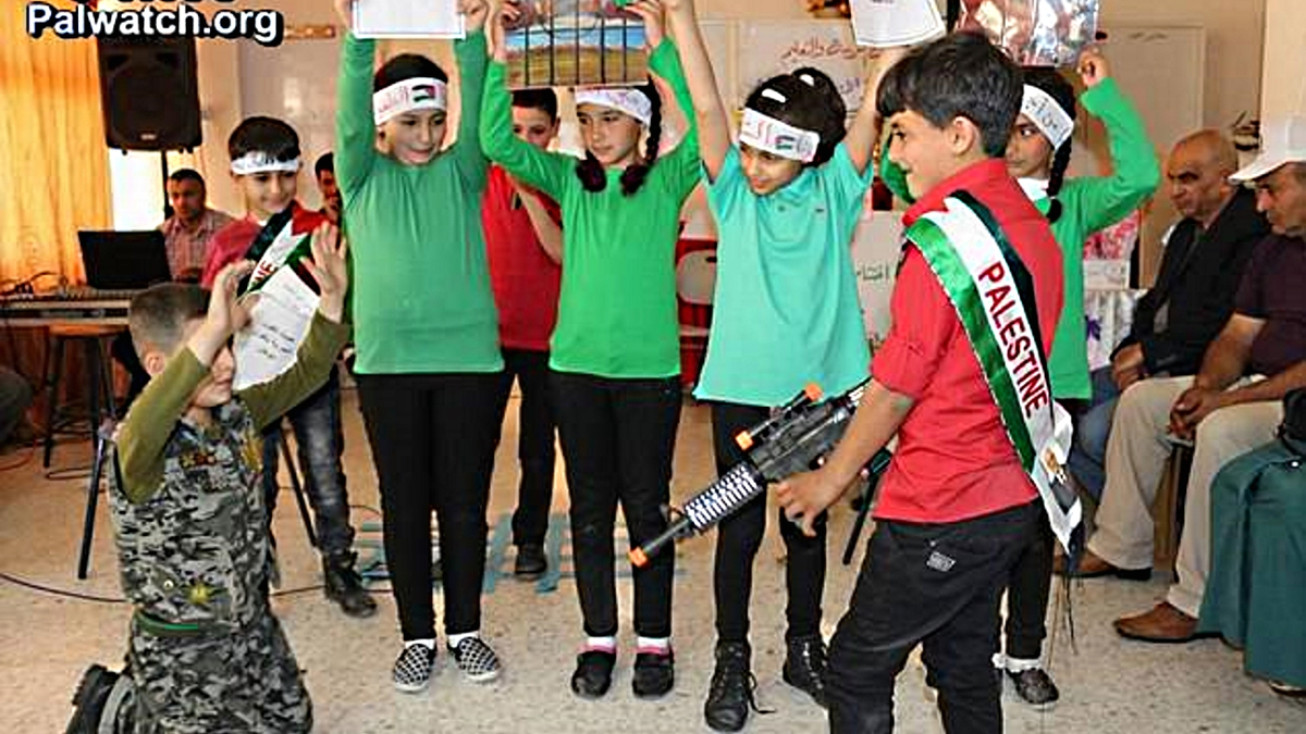 Nelle scuole palestinesi bambini vestiti da terroristi