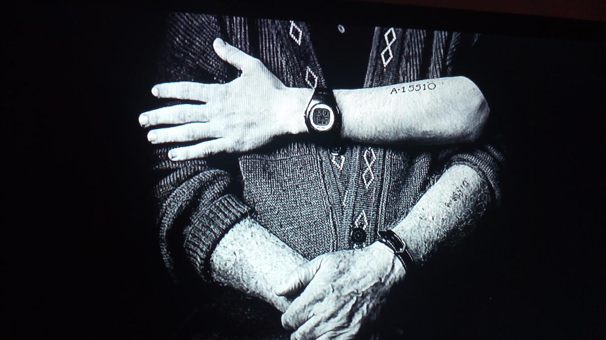 Nonni e nipoti con il numero tatuato sul braccio