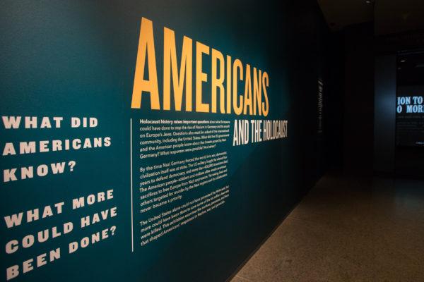 Il pannello della mostra sugli americani e la Shoah in corso a Washington