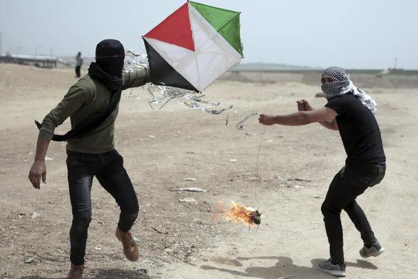 Aquiloni incendiari lanciati da gaza stanno o incendiando il sud di Israele