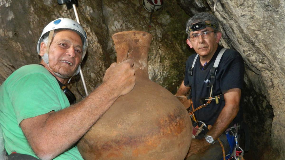 i due archeologi con le giare di 2000 anni fa ritrovate in una grotta in Israele