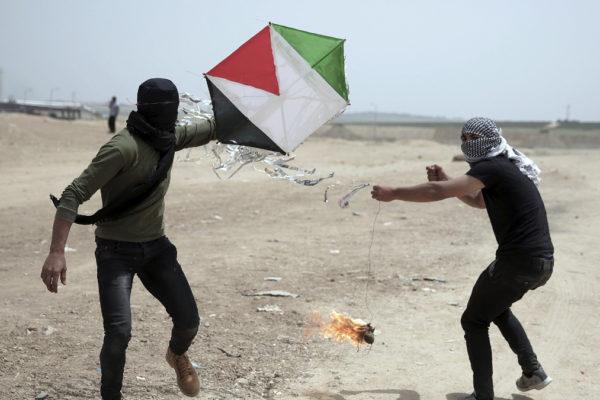 Militanti di Hamas lanciano da Gaza aquiloni incendiari su israele