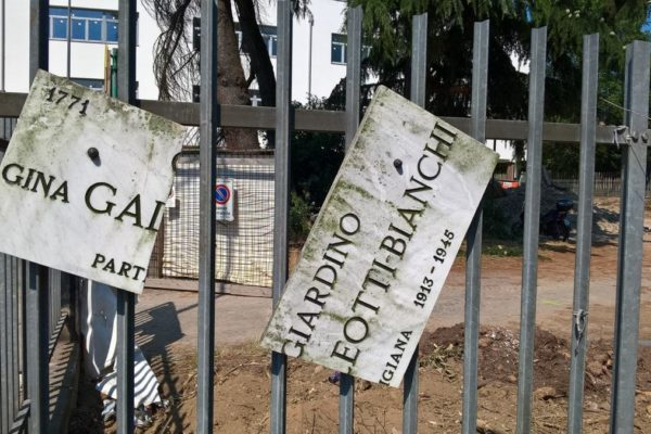 La targa dedicata alla partigiana Lia distrutta a Milano