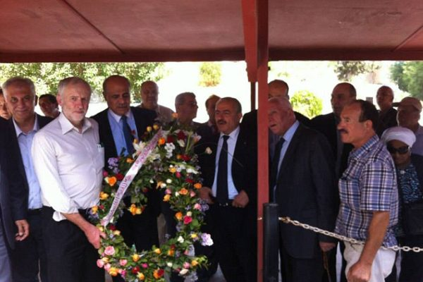 Jeremy Corbyn nel 2014 depone una corona di fiori alla tomba dei terroristi palestinesi di Monaco