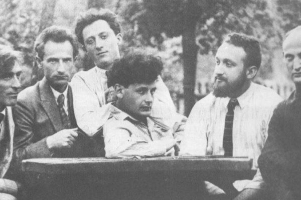 """Melech Rawitch (secondo da destra) con membri del gruppo letterario e artistico """"Di Chaliastre"""" a Varsavia (1922)"""