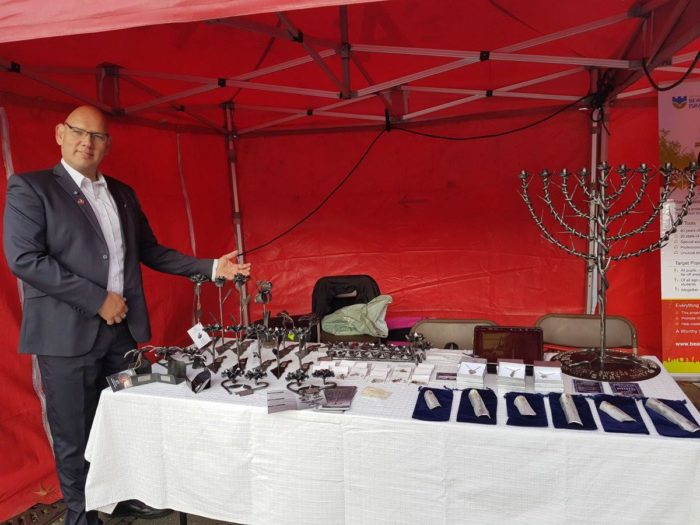 Yaron Bob e alcune opere fatte con i resti dei missili