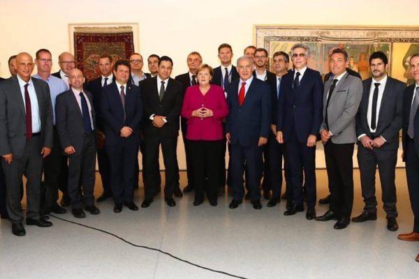 Angela Merkel unica donna in mezzo a 30 uomini in Israele