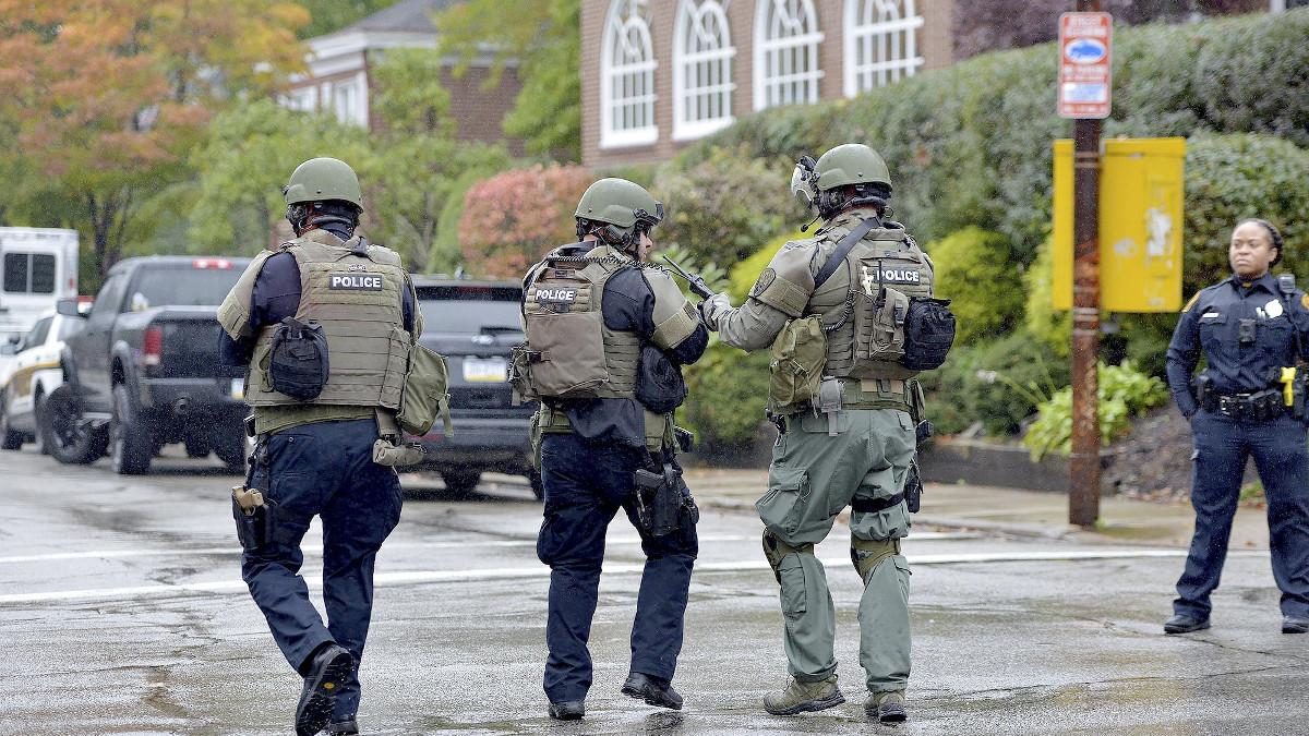 Polizia davanti alla sinagoga di Pittsburgh