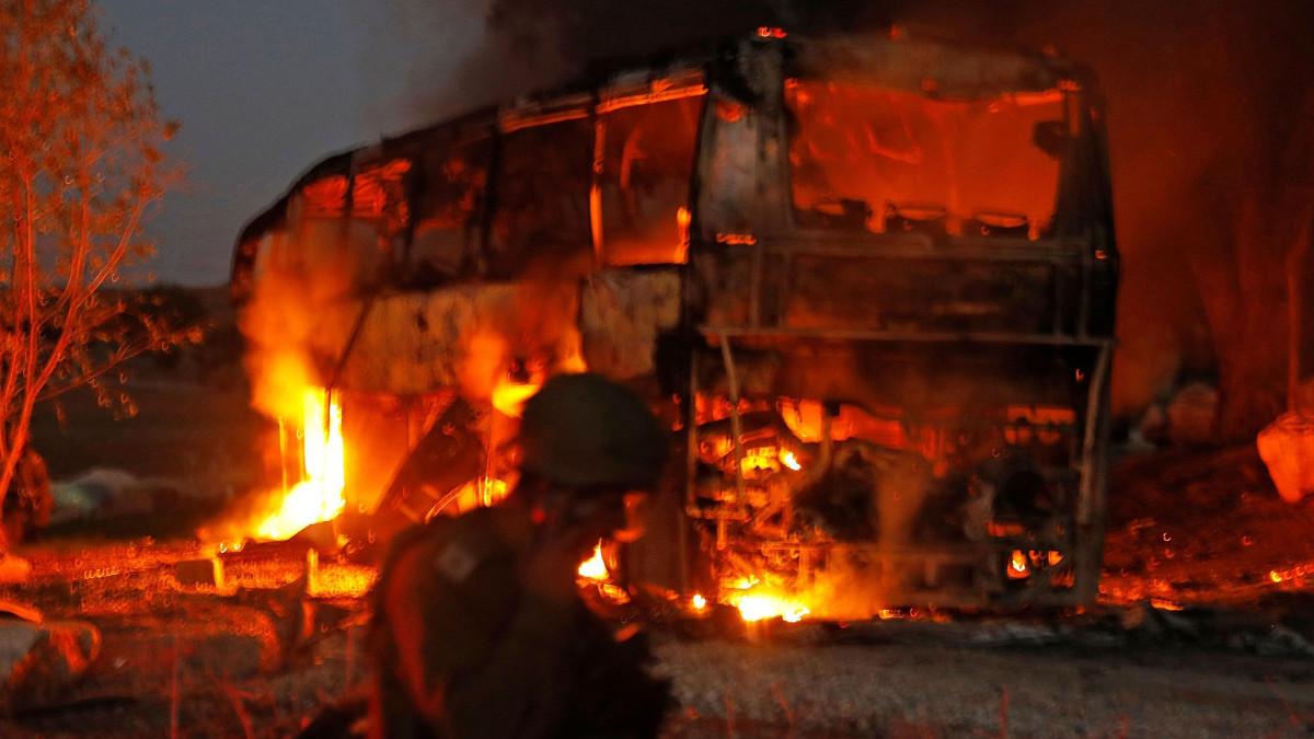 Un autobus colpito da un missile lanciato da Gaza
