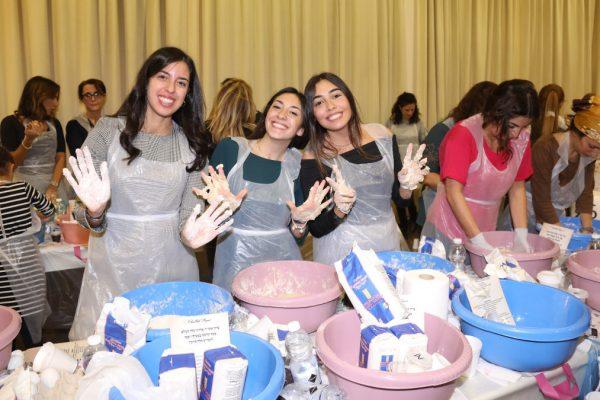 Donne preparano al Noam le challot per il Shabbat Project