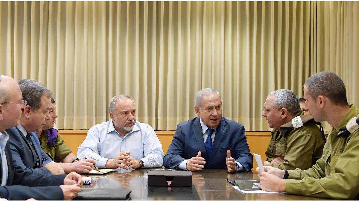 Netanyahu e Libermann con i vertici dell'esercito