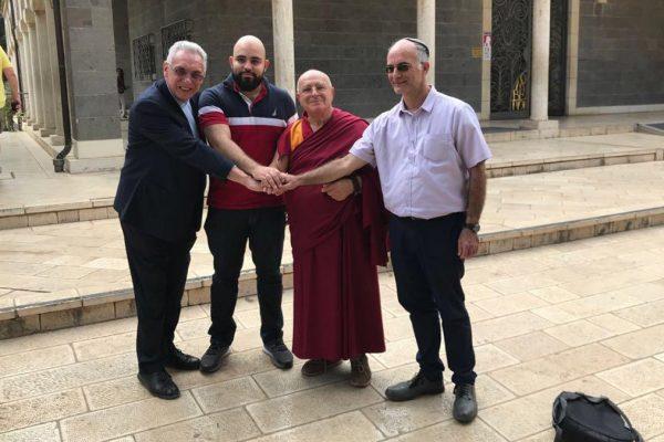 Da sinistra a destra: Don Zampa; Abed Elasalm Manasra; Lama Paljin Tulku Rinpoce e Rav Yehuda Stolov sigillano il loro impegno al dialogo e alla fratellanza tra religioni.