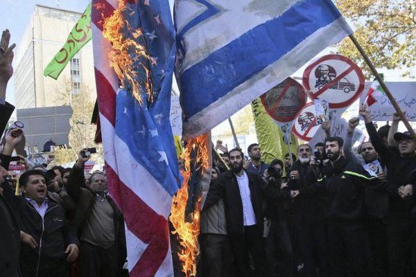 Bandiere Usa e Israele a Teheran