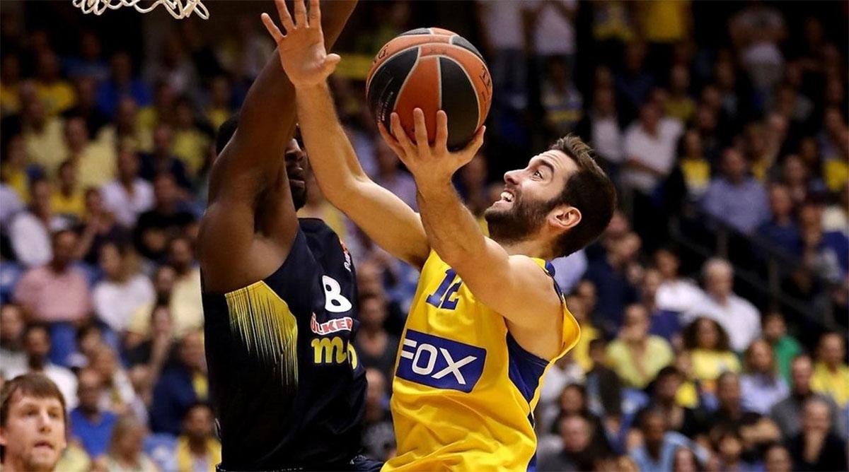 Un giocatore della squadra di basket Maccabi Tel Aviv