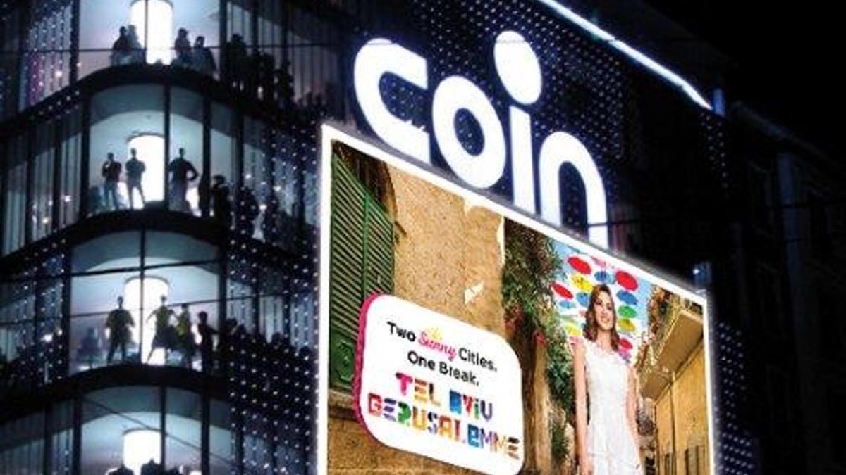 Nel Coin di piazza Cinque Giornate è in corso la campagna di promozione di Gerusalemme e Tel Aviv