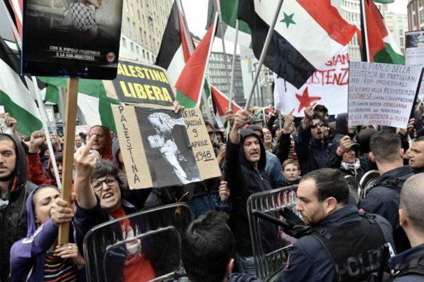 Antagonisti pro-palestinesi contro la Brigata ebraica durante il corteo del 25 aprile a Milano